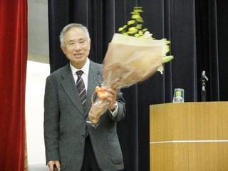 花束を持つ石飛先生.jpg